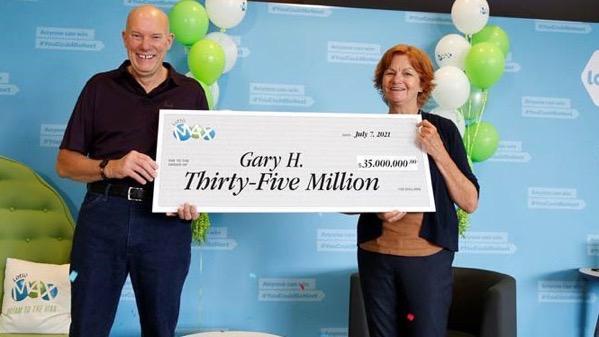 Gary Hill Lotto Max Winner with BCLC Interim President and CEO Lynda Cavanaugh Web